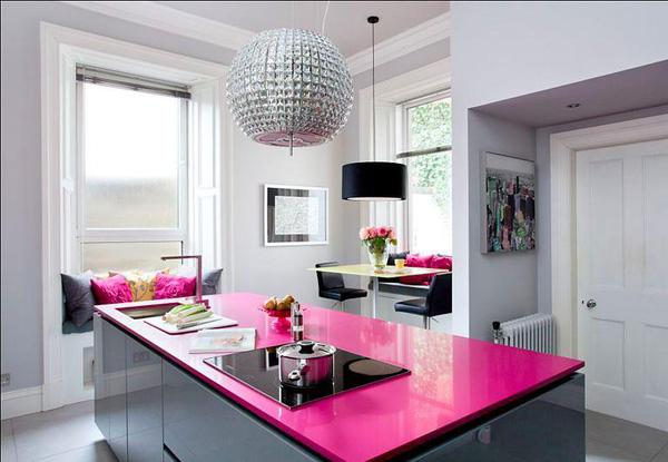 Phòng bếp màu hồng điểm chút duyên cho không gian nấu nướng