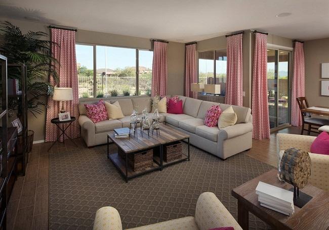 Phòng khách biệt thự màu hồng sang trọng, tại sao không