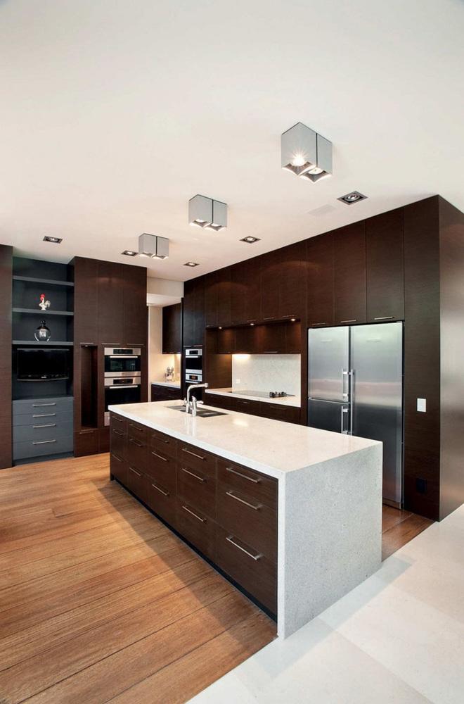 Bếp gỗ sẫm màu cho không gian nấu nướng thêm sang trọng