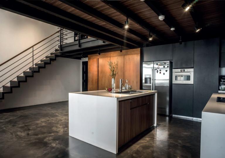 Nội thất tông trầm cho penthouse hiện đại của nghệ sỹ