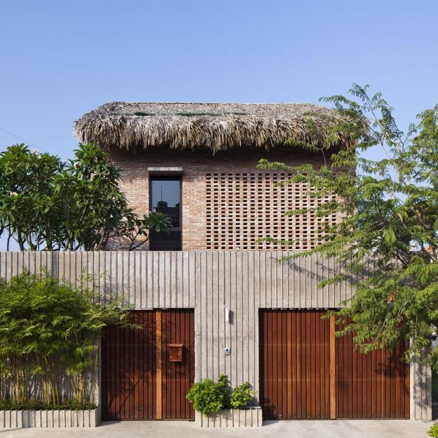 Xem biệt thự bê tông cực lạ với gạch và mái lợp
