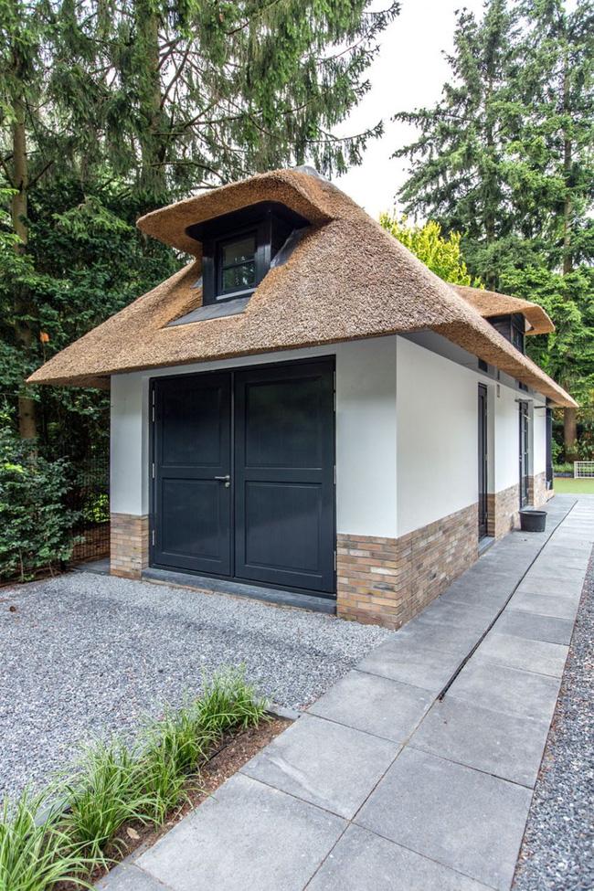 Chiêm ngưỡng không gian biệt thự vườn với mái rơm độc đáo ở Hà Lan