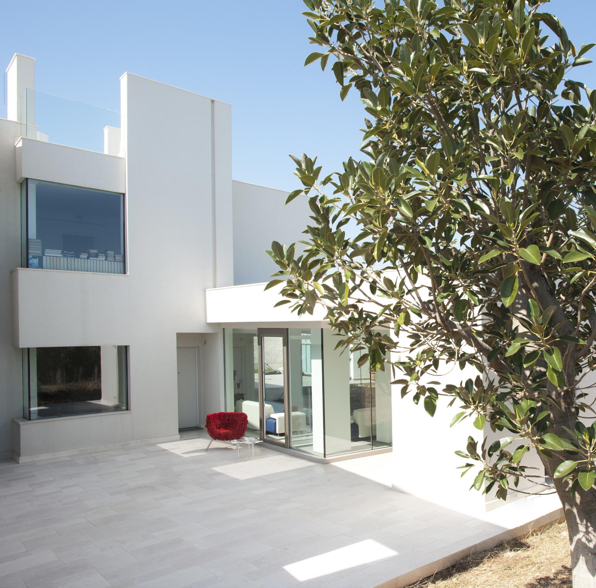 Ngắm biệt thự hiện đại màu trắng đẹp tinh khôi, thoáng sáng
