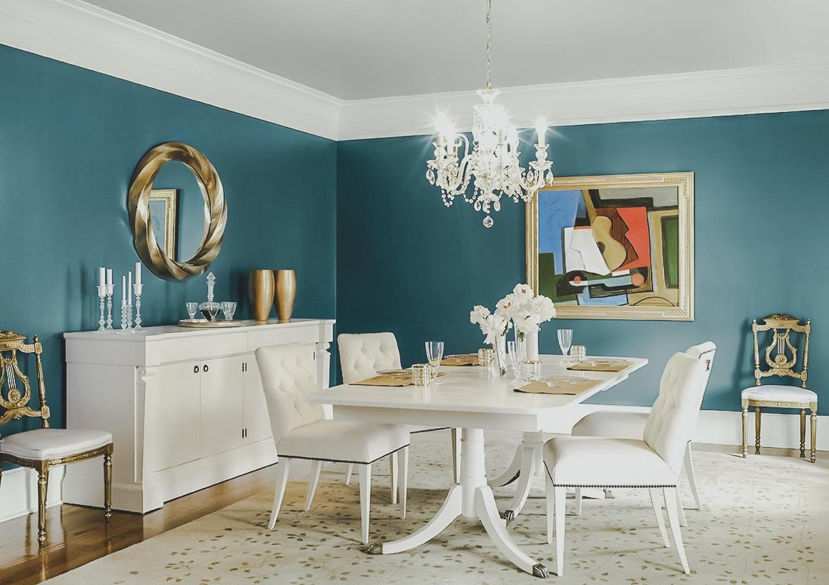 Kết hợp với màu sắc, tổng thể không gian là bộ bàn ghế nhập khẩu có mẫu mã hiện đại, phù hợp với sở thích gia đình trẻ