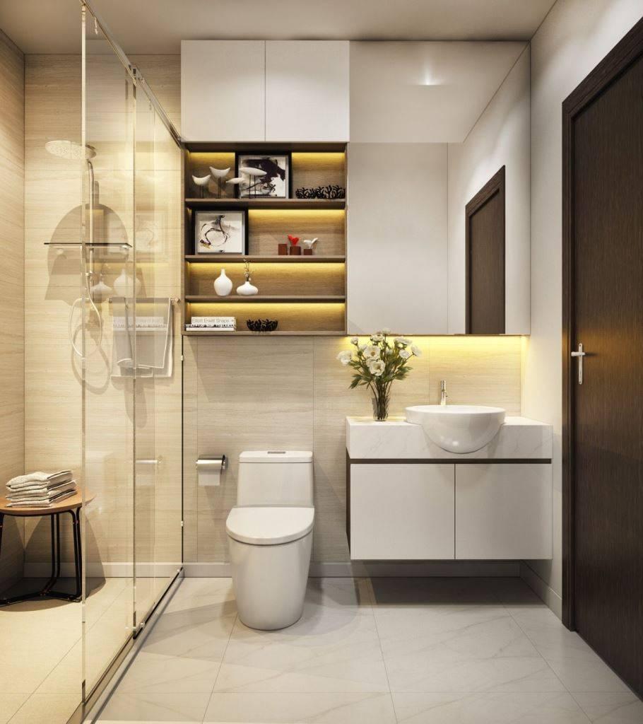 Gia chủ nên thiết kế kệ đồ bằng kính với 4 tầng được gắn gọn gàng, chỉnh chu trên tường phòng tắm