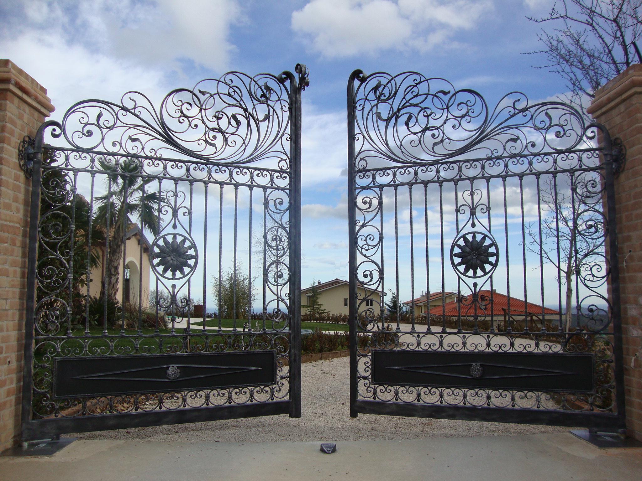 Gia chủ tuyệt đối không nên xây dựng cổng quá kín cổ cao tường mà nên để một khoảng hở để cho khí lưu thông