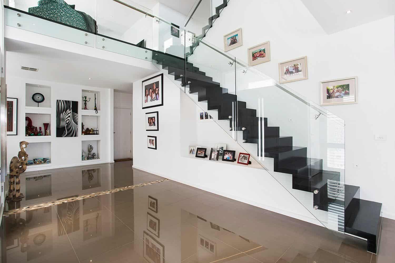 Khi thiết kế cầu thang, gia chủ không nên thiết kế ngay cạnh cửa ra vào hay phòng ngủ