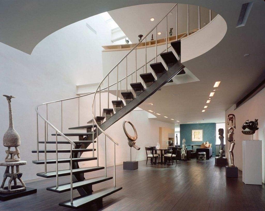 Theo mẹo trang trí biệt thự đẹp, ở khoảng trần phía trên cầu thang, gia chủ nên lắp đặt hệ thống đèn chiếu sáng
