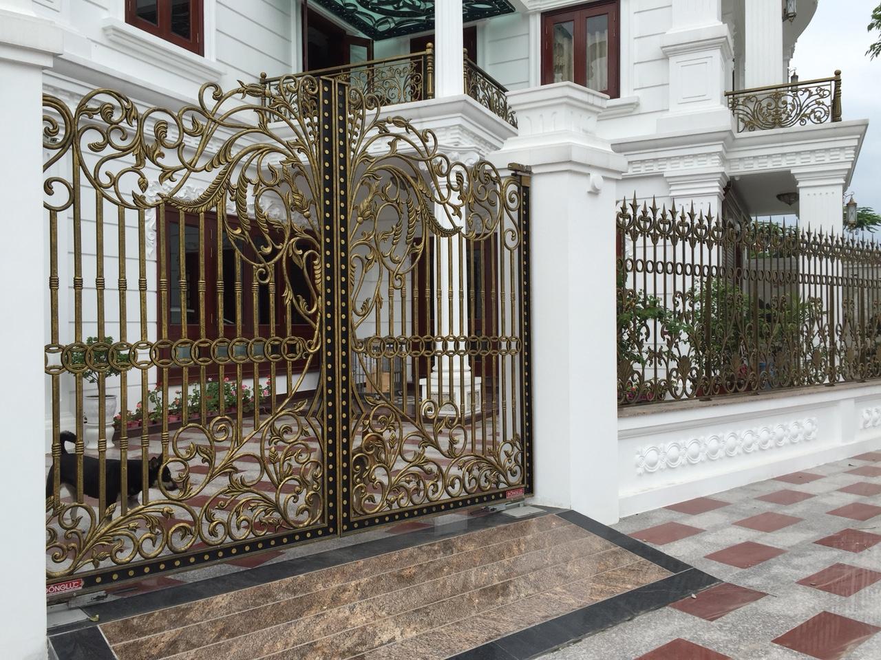 Theo mẹo trang trí biệt thự đẹp, cửa đóng vai trò vô cùng quan trọng, ảnh hưởng trực tiếp đến khí tài của gia chủ