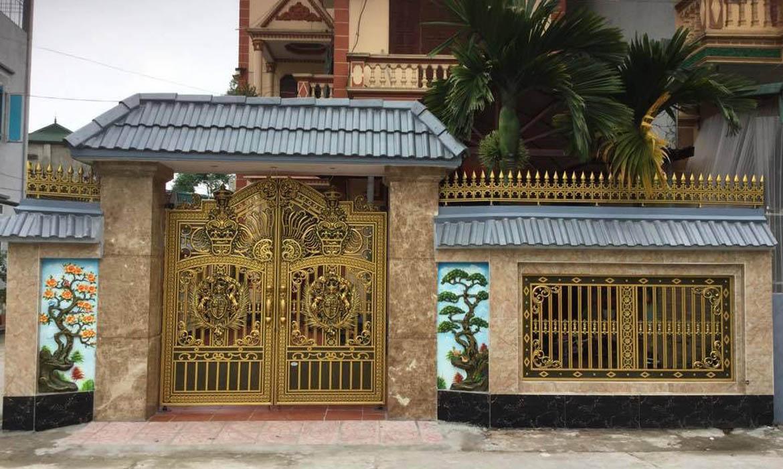 Bạn nên tận dụng khoảng không gian trước cửa cổng để tô điểm cho mỹ quan, hợp phong thủy của ngôi nhà
