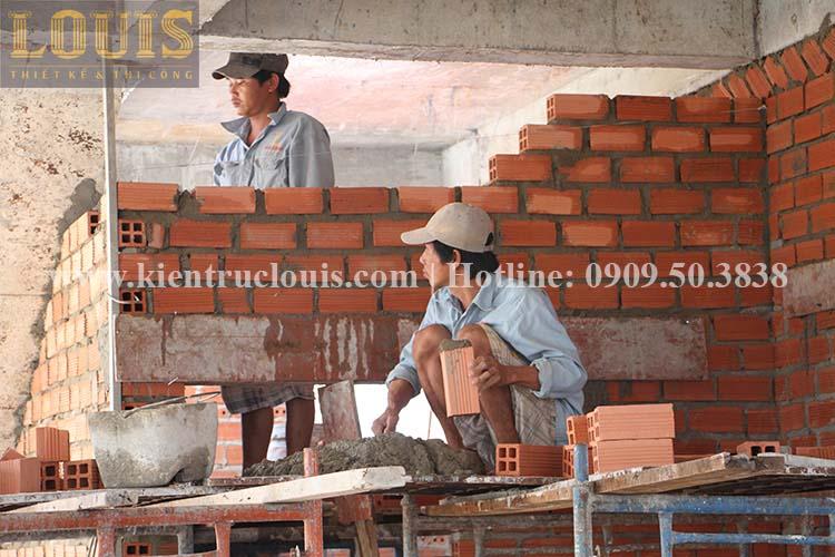 Thi công xây tường gạch ngăn biệt thự vườn 2 tầng ở Quận 8 - 9