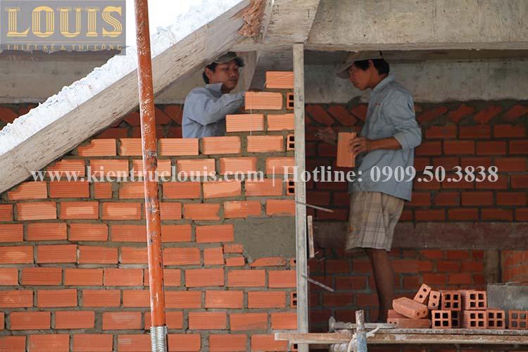 Thi công xây tường gạch ngăn biệt thự vườn 2 tầng ở Quận 8 - 10