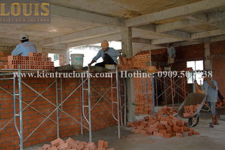 Thi công xây tường gạch ngăn biệt thự vườn 2 tầng ở Quận 8 - 11
